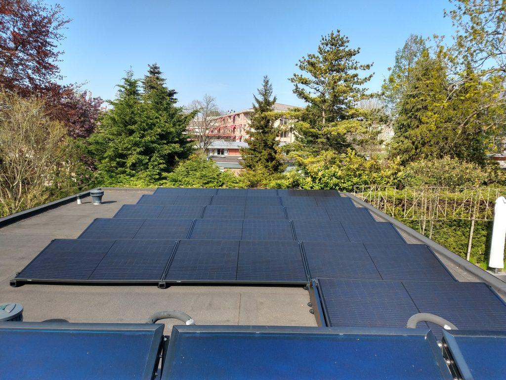 Zonnepanelen installatie plat dak